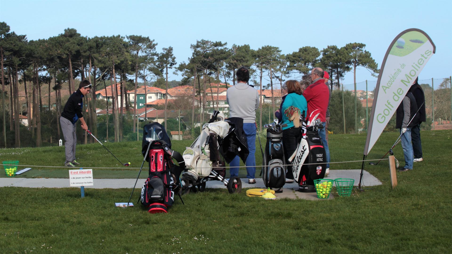 Inscrivez-vous aux initiations gratuites sur le practice tout les dimanches Du Golf de Moliets : parcours 9 trous, 18 trous plus beaux golfs des Landes, entre Bordeaux et Biarritz en Aquitaine. A côté de la forêt, de l'océan, réservez vos green-fee