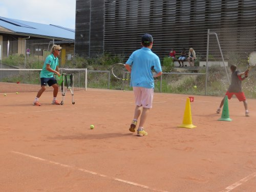 En vacances, inscrivez votre enfant en stage de tennis Du tennis de Moliets qui propose la location de courts à l'heure en dur, green-set, terre-battue, gazon couverts ou extérieurs. Des stages tennis pour tout public de Académie et Tennis Club de Moli