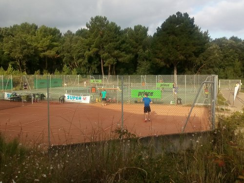 Améliorez votre jeu en vous inscrivant en stage adultes sur terre battue Du tennis de Moliets qui propose la location de courts à l'heure en dur, green-set, terre-battue, gazon couverts ou extérieurs. Des stages tennis pour tout public de Académie et