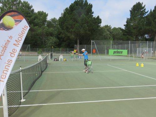 Inscrivez vous au tennis moliets académie avec nos professeurs Du tennis de Moliets qui propose la location de courts à l'heure en dur, green-set, terre-battue, gazon couverts ou extérieurs. Des stages tennis pour tout public de Académie et Tennis Clu