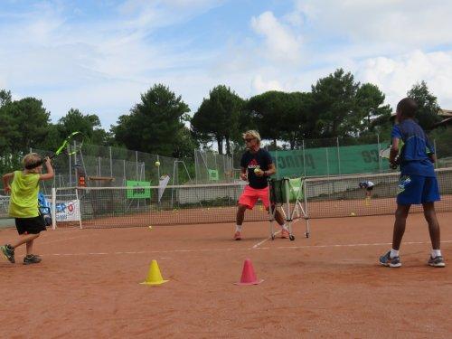 Inscrivez votre enfant en stage à l'académie de tennis Du tennis de Moliets qui propose la location de courts à l'heure en dur, green-set, terre-battue, gazon couverts ou extérieurs. Des stages tennis pour tout public de Académie et Tennis Club de Mo