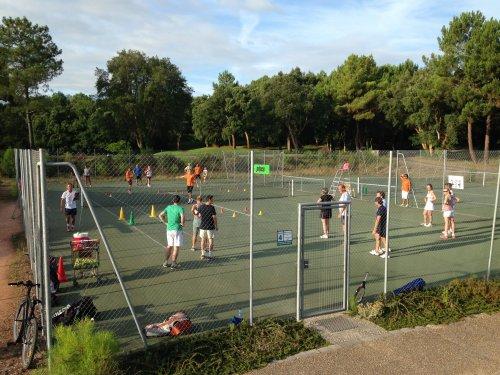 Profitez des vacances pour améliorer votre jeu en stages de tennis pour  adultes