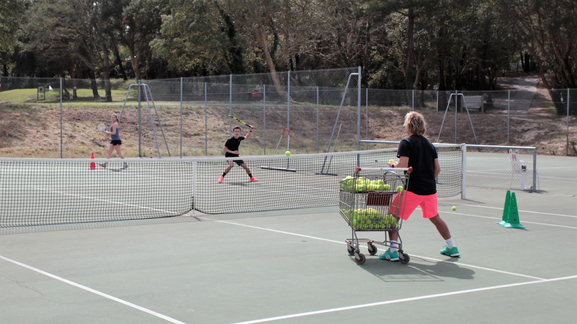 Venez profiter des entrainements avec notre professeur Mr Frédéric Casennave Du tennis de Moliets qui propose la location de courts à l'heure en dur, green-set, terre-battue, gazon couverts ou extérieurs. Des stages tennis pour tout public de Académi