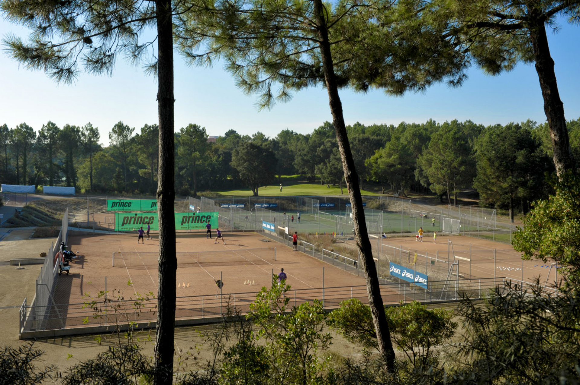 Location de Court de tennis en terre battue à Moliets Du tennis de Moliets qui propose la location de courts à l'heure en dur, green-set, terre-battue, gazon couverts ou extérieurs. Des stages tennis pour tout public de Académie et Tennis Club de Moli