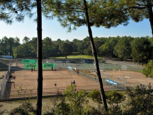 Jouez au tennis sur terre battue sous les pins Du tennis de Moliets qui propose la location de courts à l'heure en dur, green-set, terre-battue, gazon couverts ou extérieurs. Des stages tennis pour tout public de Académie et Tennis Club de Moliets dans