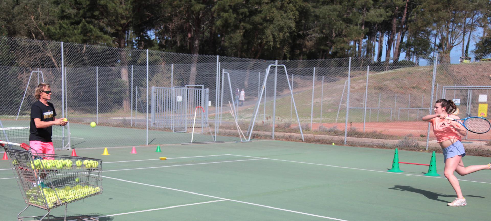 Inscrivez-vous à l'académie et prenez des leçons avec nos professeurs de tennis Du tennis de Moliets qui propose la location de courts à l'heure en dur, green-set, terre-battue, gazon couverts ou extérieurs. Des stages tennis pour tout public de Acad