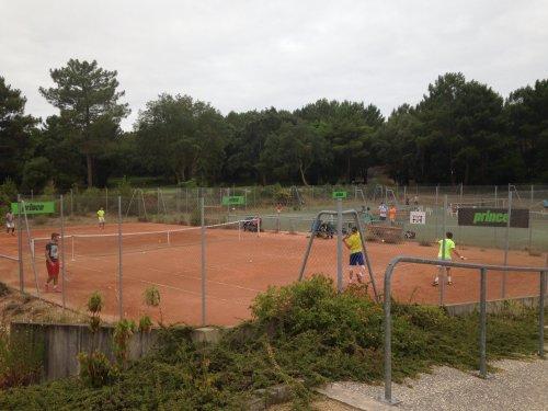 Inscrivez votre adolescent en stage à l'académie de tennis de moliets Du tennis de Moliets qui propose la location de courts à l'heure en dur, green-set, terre-battue, gazon couverts ou extérieurs. Des stages tennis pour tout public de Académie et Te