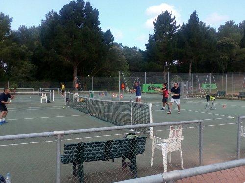 Améliorez votre niveau de jeu en vous inscrivant au stage adulte green set Du tennis de Moliets qui propose la location de courts à l'heure en dur, green-set, terre-battue, gazon couverts ou extérieurs. Des stages tennis pour tout public de Académie e
